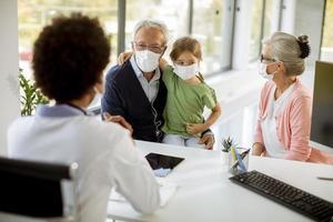 abuelos que llevan a su nieta al médico foto