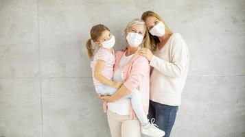 abuela, madre e hijo con máscaras con espacio de copia foto