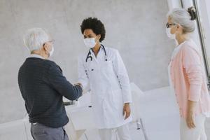 doctor, reunión, pareja mayor foto