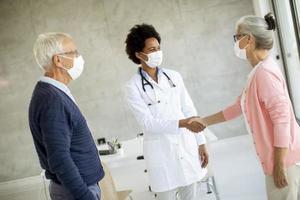 doctor saludando pareja senior foto