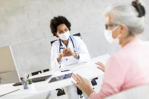 doctor hablando con una mujer madura foto