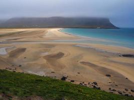 playa de arena en los fiordos occidentales de islandia foto