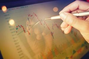 gráfico del mercado de valores en la computadora portátil del monitor. foto