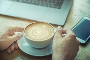 taza de café en el escritorio de madera foto
