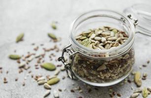 mezcle diferentes semillas para una ensalada saludable foto