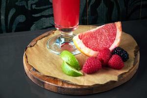 cóctel alcohólico con frutos rojos foto