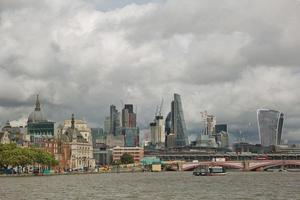 Vista de la arquitectura de la ciudad de Londres en el Reino Unido junto a la ribera del río Támesis foto