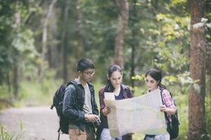grupo de jóvenes amigos, excursionismo, en el bosque foto