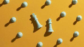 piezas de ajedrez blancas sobre fondo amarillo foto