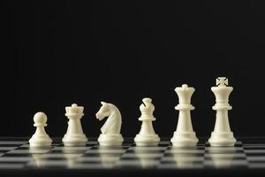 Piezas de ajedrez blancas sobre tablero de ajedrez foto