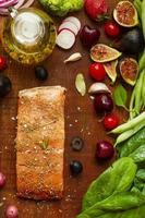 salmón con higos y verduras foto
