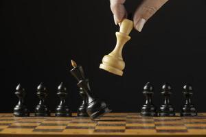 jaque mate al rey negro en el tablero de ajedrez foto