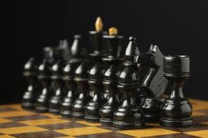 piezas de ajedrez negras sobre tablero de ajedrez foto