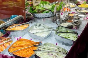 barra de ensaladas con verduras en el restaurante foto