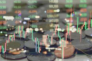doble exposición de gráficos de datos de estadísticas virtuales abstractas, mercado de valores, comercio de análisis de negocios financieros. foto