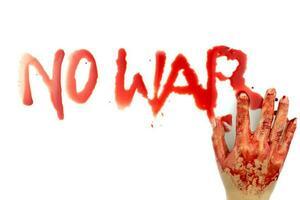 Ninguna palabra de guerra está escrita con el dedo ensangrentado sobre un fondo blanco. foto