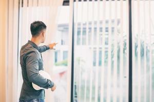 hombre mirando por la ventana foto