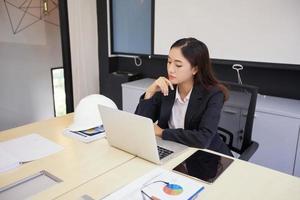 mujer de negocios pensando en su oficina foto