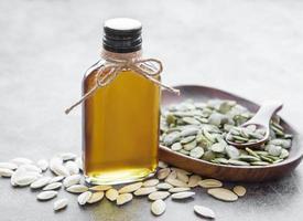 botella con aceite de semilla de calabaza foto