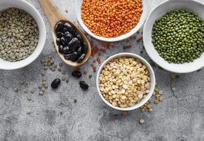 cuencos con diferentes tipos de legumbres foto