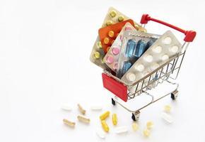 carrito de compras lleno de pastillas foto