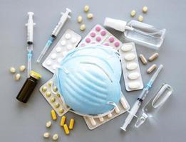 máscara médica azul y píldoras medicinales foto