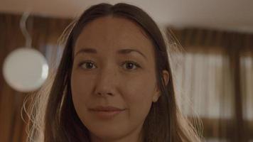 mujer mirando seriamente a la lente de la cámara video