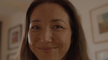 mujer riendo y mirando a la lente de la cámara video
