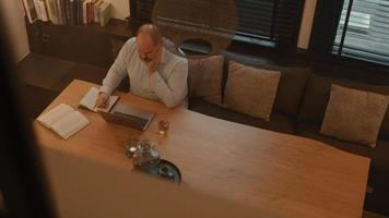 Hombre en la mesa con una llamada en línea en un portátil video
