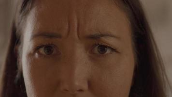 mujer mirando a la lente frunciendo el ceño video