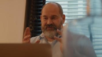hombre en la mesa con una vívida llamada en línea video