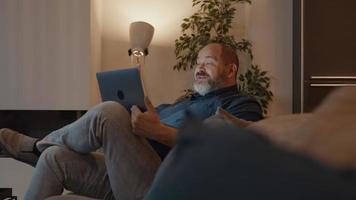 hombre usando laptop saludando adiós video