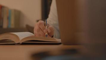 mano del hombre, en, libro, tenencia, pluma video