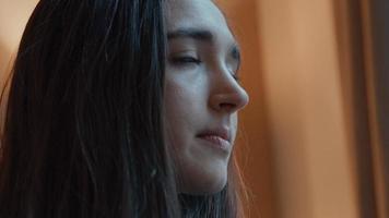 mujer mirando a la lente de la cámara girando la cabeza y los ojos video