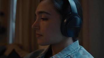 mujer, con, auriculares, moviendo, cabeza, mirar, smartphone video