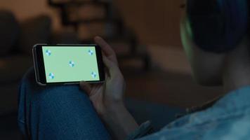 mano de mujer, tenencia, smartphone, con, pantalla verde video