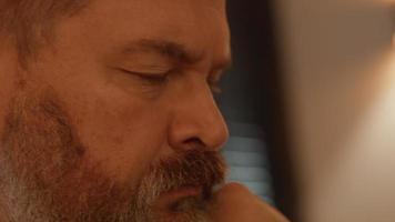 hombre mirando contemplativo video