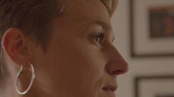 mujer mirando hacia adelante convirtiendo los ojos en lentes video