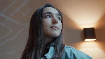 mujer de pie mirando a la cámara girando la cabeza y los ojos video