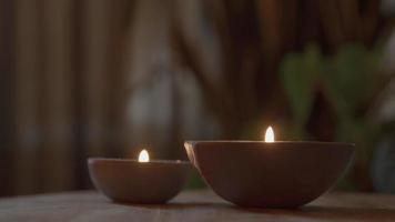 twee brandende kaarsen op tafel video