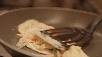 Frau backt Eier in der Küche video
