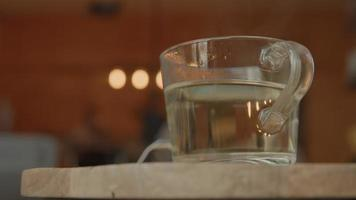 theeglas met heet water video