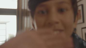 niño saludando adiós a la lente de la cámara video