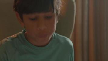 niño haciendo matemáticas en el sillón video