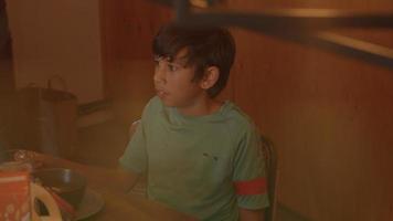 niño hablando en la mesa de la cocina video