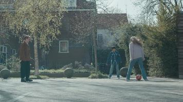 dos mujeres y un niño jugando al fútbol video
