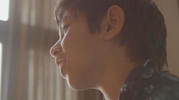 niño mirando y hablando video