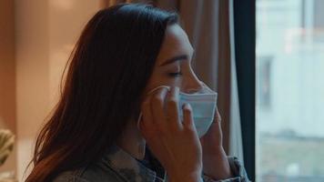 mujer poniendo mascarilla video