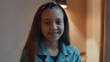 niña sonriendo y ojos siguiendo la lente de la cámara video
