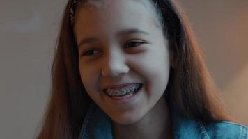 niña riendo mirando a la lente de la cámara video